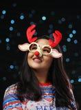 Aziatisch Meisje die Kerstmissweater en Kerstmisrendier Glas dragen stock foto