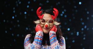 Aziatisch Meisje die Kerstmissweater en Kerstmisrendier Glas dragen stock afbeelding