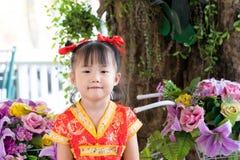 Aziatisch meisje die rode traditionele Chinees dragen Royalty-vrije Stock Afbeeldingen
