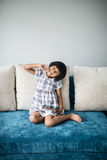 Aziatisch meisje die thuis ontspannen Stock Foto