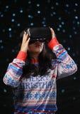 Aziatisch Meisje die Virtuele de Sneeuwachtergrond spelen van de Werkelijkheids Donkere Gloed stock fotografie