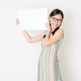 Aziatisch meisje die witte lege document kaart houden stock afbeelding