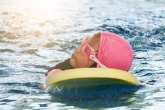 Aziatisch meisje die in zwembad zwemmen stock afbeelding
