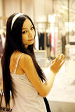 Aziatisch meisje in een boutique. Stock Foto's