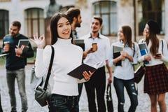 Aziatisch Meisje gelukkig studenten binnenplaats Boeken royalty-vrije stock fotografie