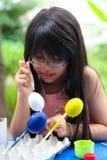 Aziatisch meisje het schilderen ei Stock Fotografie
