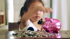 Aziatisch meisje met besparingsgeld, Storting stock videobeelden