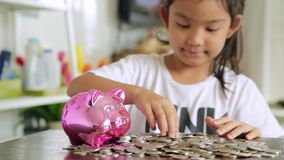Aziatisch meisje met besparingsgeld, Stortingsconcept stock footage