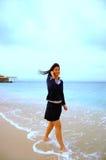 Aziatisch meisje met celtelefoon Royalty-vrije Stock Afbeelding