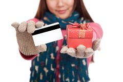 Aziatisch meisje met de winterkleding, creditcard en giftdoos royalty-vrije stock afbeeldingen