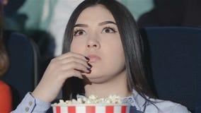 Aziatisch meisje met een emmer popcorn stock video
