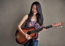 Aziatisch Meisje met Gitaar stock afbeeldingen
