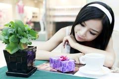 Aziatisch meisje met haar gift Stock Fotografie