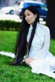 Aziatisch meisje met het lange haren zitten Royalty-vrije Stock Foto