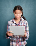 Aziatisch Meisje met het Stootkussen van de Aanraking Stock Foto's