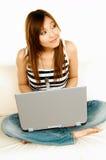 Aziatisch meisje met laptop Stock Afbeeldingen