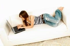 Aziatisch meisje met laptop Stock Afbeelding