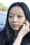 Aziatisch meisje met mobiele telefoon Stock Fotografie