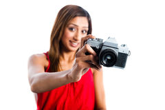 Aziatisch meisje met oude camera, die nemend foto glimlacht stock fotografie