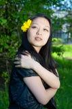 Aziatisch meisje met paardebloembloem in haar Royalty-vrije Stock Afbeelding