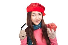 Aziatisch meisje met rode Kerstmishoed, creditcard en giftdoos Royalty-vrije Stock Afbeelding