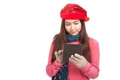 Aziatisch meisje met rode PC van de het gebruikstablet van de Kerstmishoed Stock Fotografie