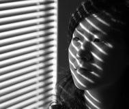 Aziatisch Meisje naast Venster Stock Afbeeldingen