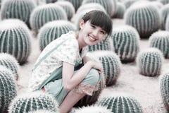 Aziatisch meisje op cactusgebied Stock Afbeelding