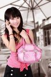 Aziatisch meisje op celtelefoon. Stock Foto's