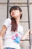 Aziatisch meisje op een ladder royalty-vrije stock foto