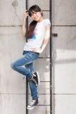Aziatisch meisje op een ladder stock afbeelding