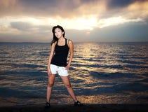 Aziatisch meisje op het strand royalty-vrije stock fotografie