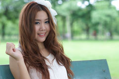 Aziatisch meisje in park Royalty-vrije Stock Afbeeldingen