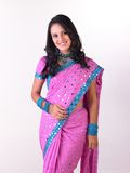 `Aziatisch meisje in roze Sari met rijke jewelery royalty-vrije stock foto