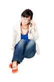 Aziatisch meisje speakin op celtelefoon Stock Afbeelding