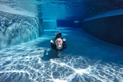 Aziatisch meisje in zwempak, die onder water zwemmen stock foto