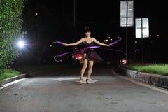 Aziatisch meisjes het dansen ballet op de weg bij nacht Royalty-vrije Stock Foto's