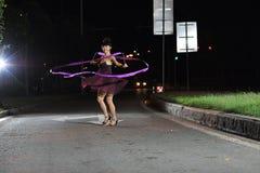 Aziatisch meisjes het dansen ballet op de weg bij nacht Stock Afbeeldingen