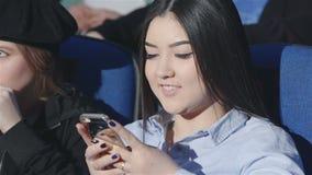 Aziatisch meisjes smoorverliefd perceel van de film stock footage