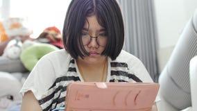 Aziatisch meisjes speelspel op mobiele telefoon samen met het glimlachen gezichten stock video