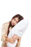 Aziatisch meisjeskielzog omhoog slaperig en slaperig met hoofdkussen royalty-vrije stock foto's