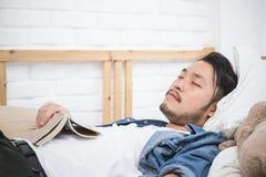 Aziatisch mens het schrijven adres op de doos royalty-vrije stock afbeelding
