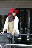 Aziatisch model op de trein Stock Foto