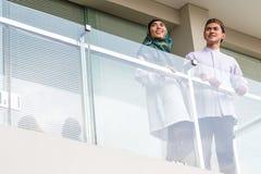 Aziatisch Moslimpaar die traditionele kleding dragen Stock Fotografie