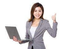Aziatisch onderneemstergebruik van laptop en duim omhoog Royalty-vrije Stock Foto's