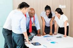Aziatisch opstarten van bedrijventeam in vergadering Royalty-vrije Stock Afbeelding