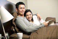 Aziatisch paar in bed stock afbeelding