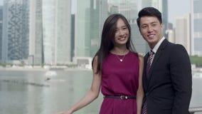 Aziatisch paar in bedrijfskledij langzame motie stock videobeelden