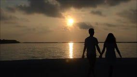 Aziatisch paar bij het eiland van de Maldiven stock videobeelden