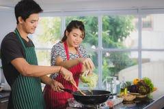 Aziatisch paar bij keukenruimte royalty-vrije stock foto's